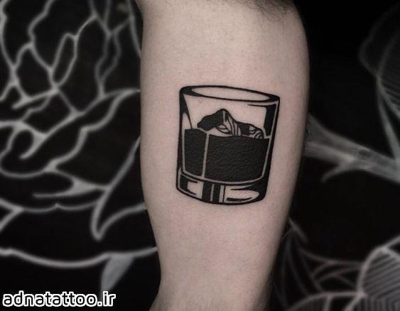 طرح تاتو لیوان روی دست طرح مشکی