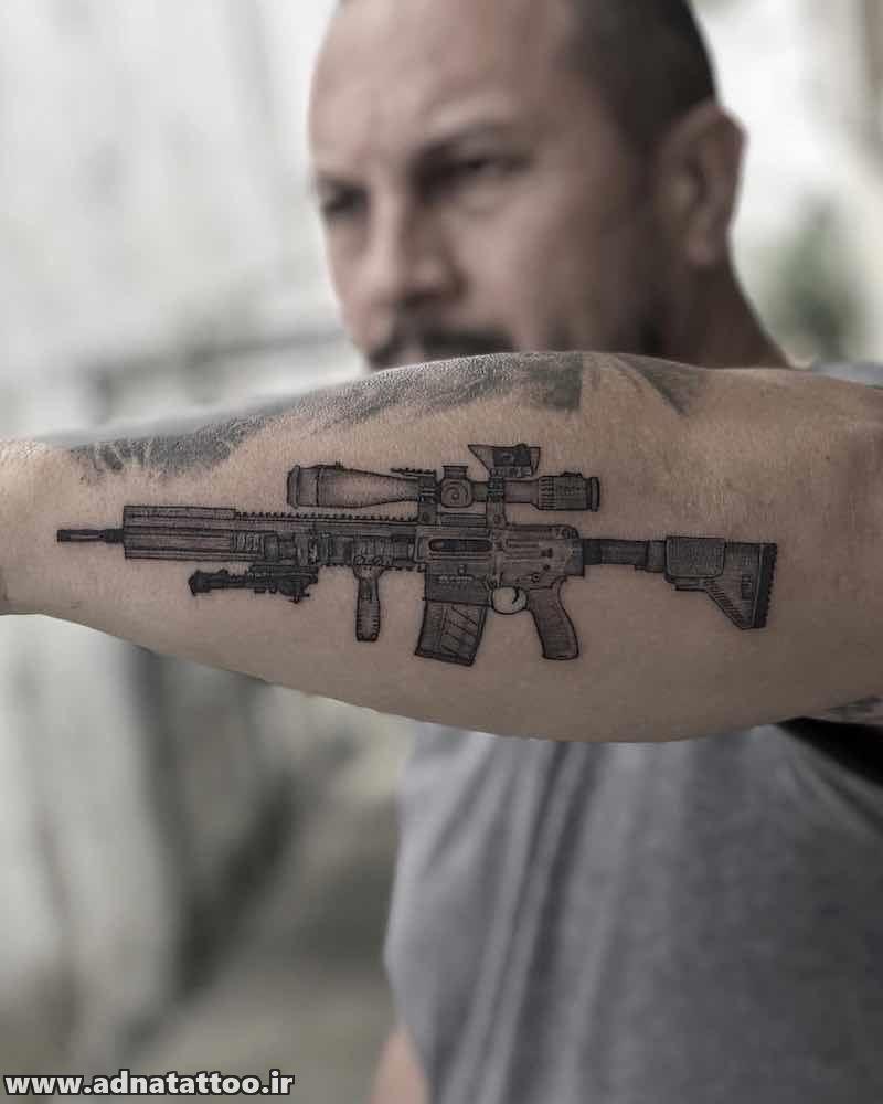 تاتو اسلحه خاص روی ساعد دست پا