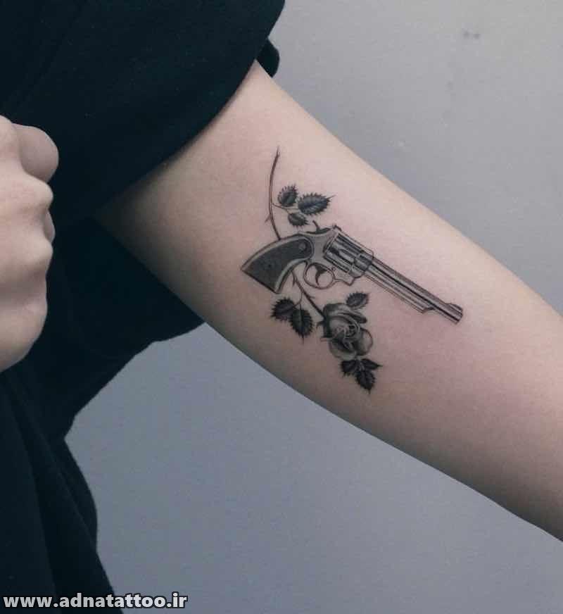 طرح تاتو تفنگ و گل اسلحه